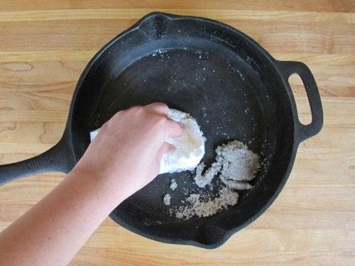 Detersivo fai-dai-te con patate e sale pulire le pentole