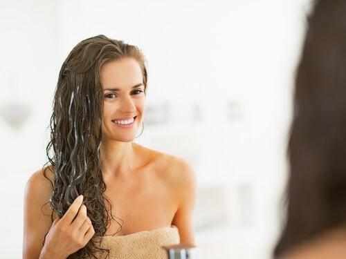 Ragazza applica il balsamo sui capelli