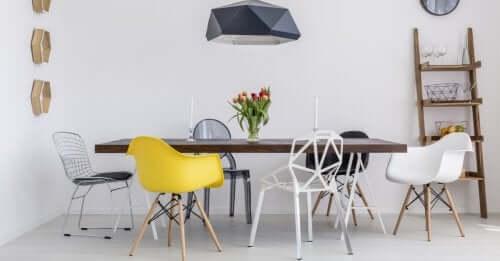 Tavolo con sedie di diversi tipi