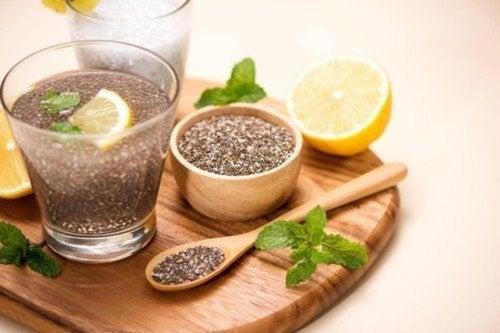Bicchiere con semi di chia e limone