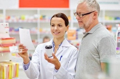 Farmacista e uomo trattamento artropatia