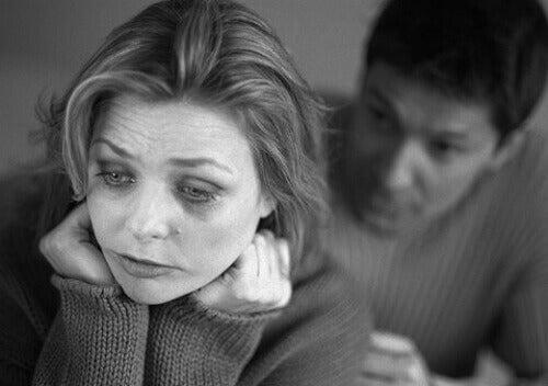 Uomo consola donna depressa