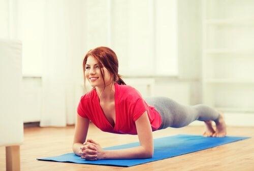 Ragazza che fa il plank i migliori esercizi addominali