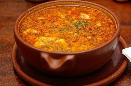 Zuppa al pomodoro e ciotola di terracotta