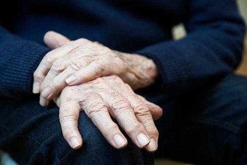 Tremore essenziale: sintomi, cause e terapia