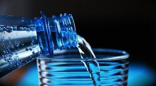 Bere dell'acqua