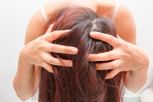 Donna che si lava i capelli
