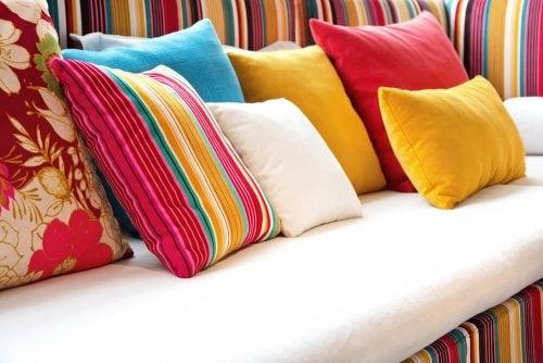 decorare i vostri cuscini darà nuova vita al vostro soggiorno