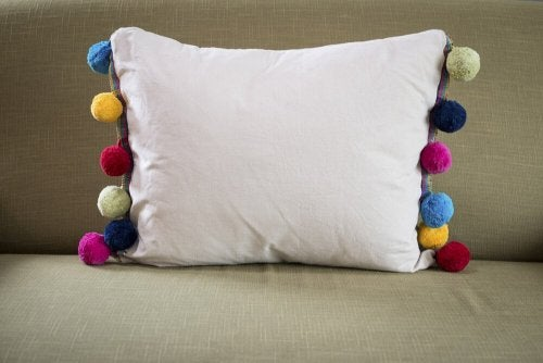 Realizzare dei cuscini decorativi con pompon di lana