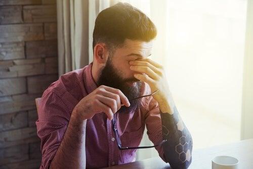 Uomo stanco a causa dei disturbi del sonno