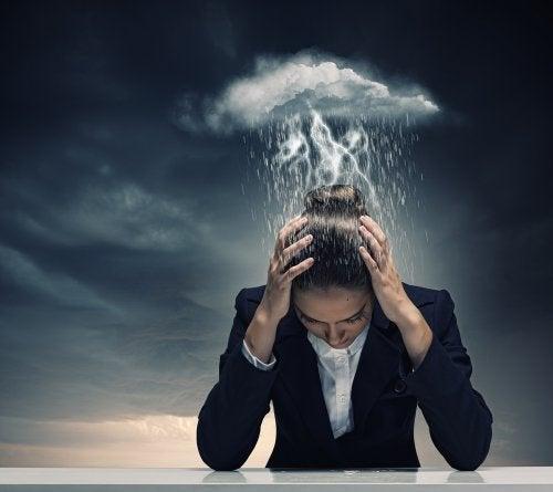 Soffrire di emicrania come una tempesta sulla testa