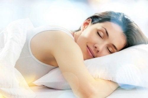 Donna sorridente abbracciata al cuscino