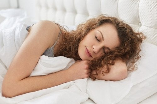 Ragazza che dorme su un cuscino alto per prevenire il reflusso notturno