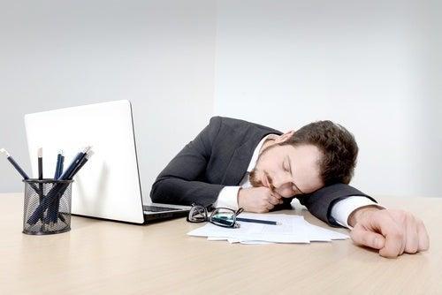 Uomo che dorme in ufficio