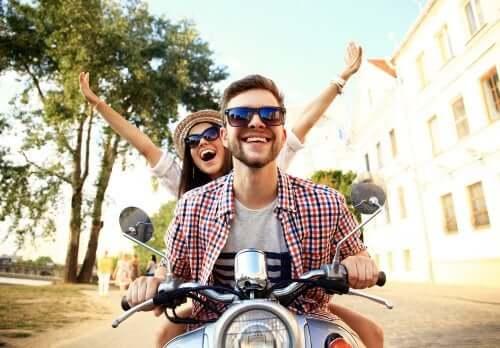 Coppia felice sulla moto.