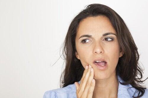 Donna con dolore dopo la cura canalare