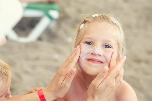 Proteggere la pelle dei bambini mettendo la protezione sul viso