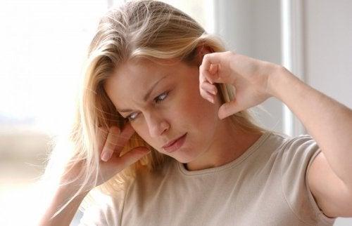 Donna con problemi di udito