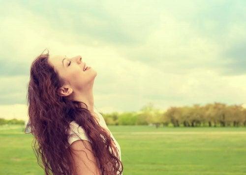 Donna felice in mezzo alla natura.