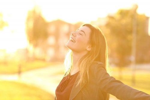 Ragazza felice che sa amare la propria vita.