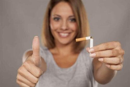 Donna che ha deciso di smettere di fumare