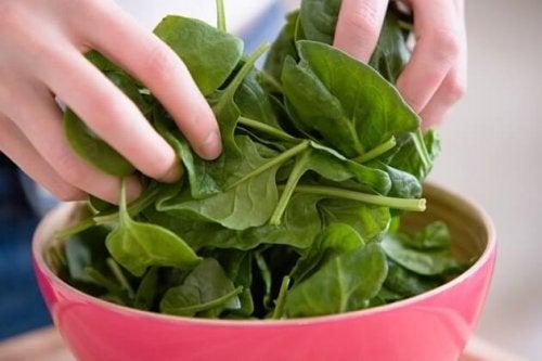 Preparare una insalata di spinaci