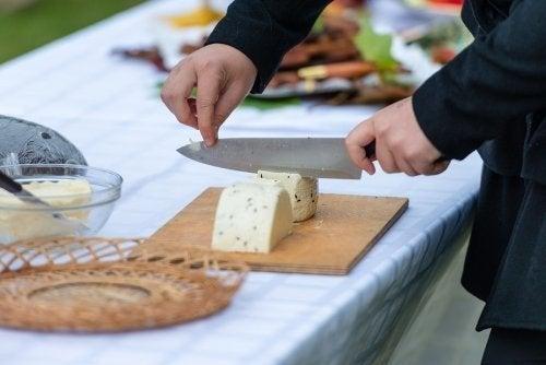 Tagliare il formaggio: trucchi in base alla forma