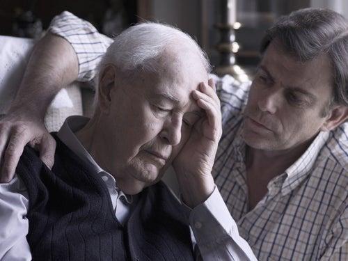 Uomo che soffre di Alzheimer che assume donepezil