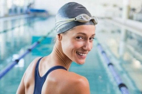 Ragazza che indossa la cuffia per proteggere i capelli dal cloro della piscina
