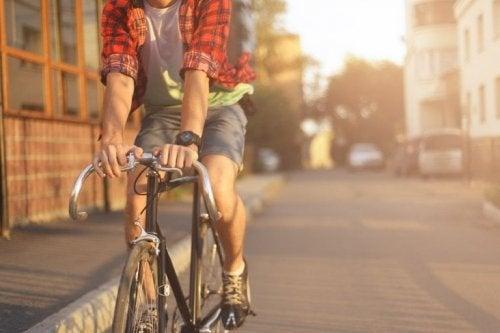 Ragazzo che ha deciso di andare in bici
