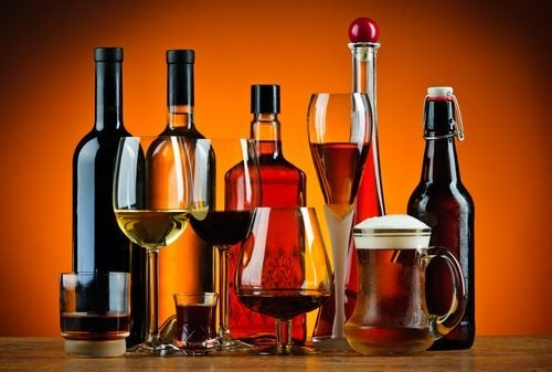 Calici, boccali e bottiglie con bevande alcoliche