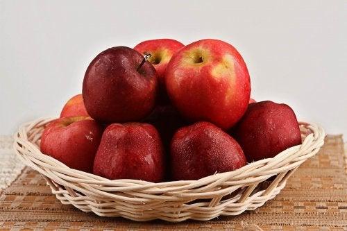 Cestino con mele rosse