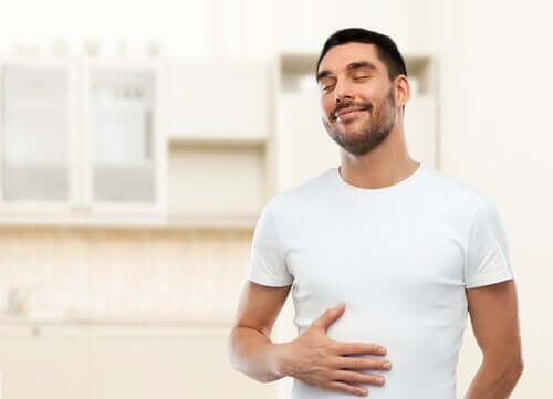 Uomo con digestione sana grazie alle proprietà dell'assenzio