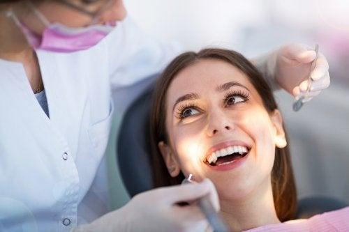 Donna sorridente dal dentista