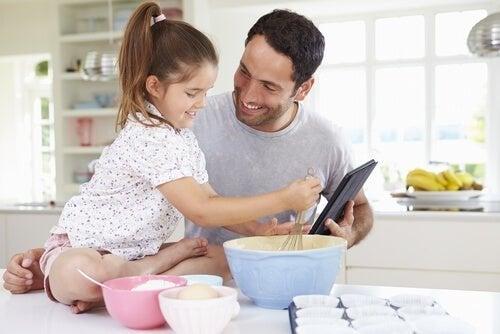 Padre e figlia cucinano insieme