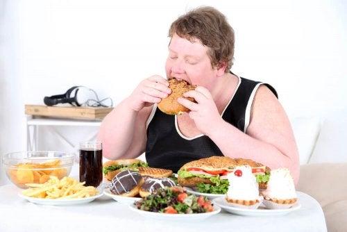 Giovane obeso che mangia troppo