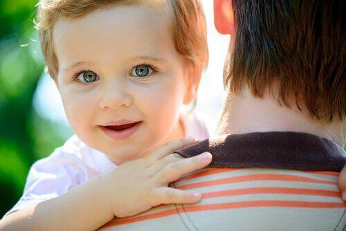 Bimbo in braccio che sorride