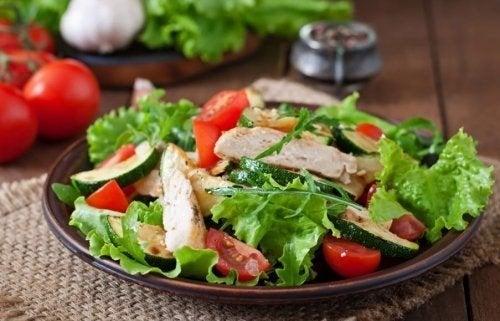 Insalata di pollo: due ricette gustose