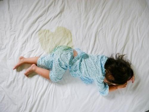 Bambino che fa la pipì a letto