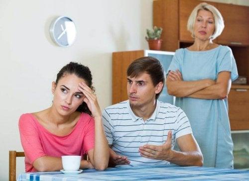6 tipi di discussione che hanno tutte le coppie felici: la suocera