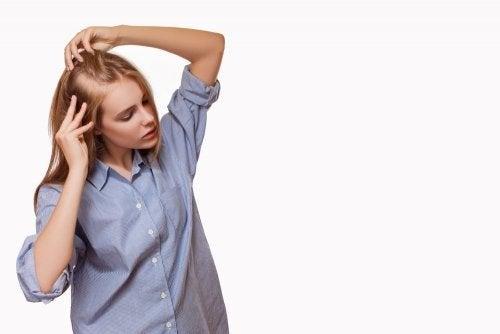 Ragazza bionda con diradamento dei capelli