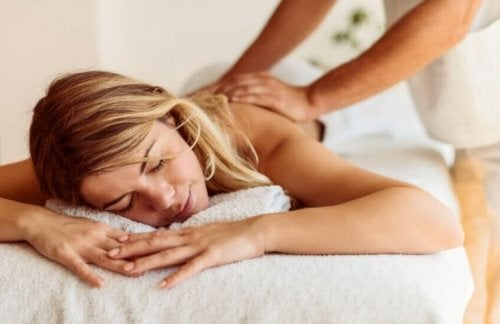 Ragazza che si fa massaggiare