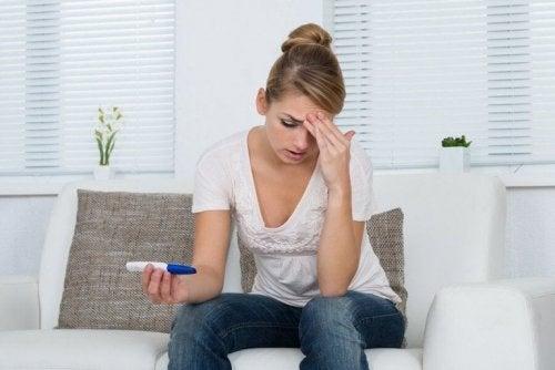 Ragazza preoccupata con test di gravidanza