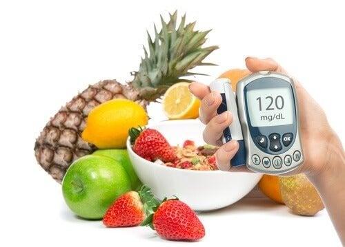 Glucometro e frutta per regolare l'insulina