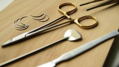 Strumenti chirurgici per il trattamento della tungiasi