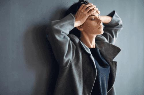 Donna con cefalea tensiva causata da ansia