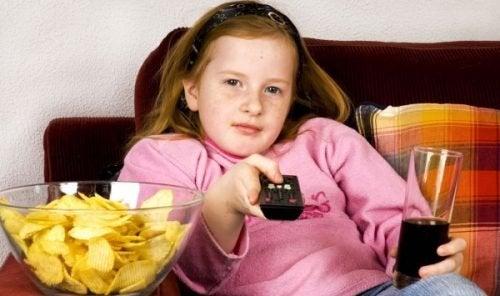 Bambina mangia distrattamente