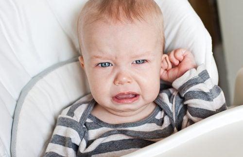 Neonato che piange a causa della otite