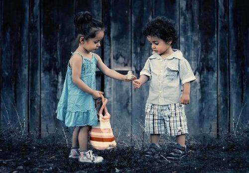 Bambino e bambina giocano insieme