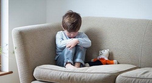 Disturbi dello spettro autistico, bambino in atteggiamento risentito